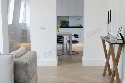 客厅就一个,地板就得这样铺,漂亮大气上档次,住上70年也不过时