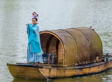 汴河上,船来船往,穿梭不断,有运粮的漕运船,有娶亲的花船,场面非常