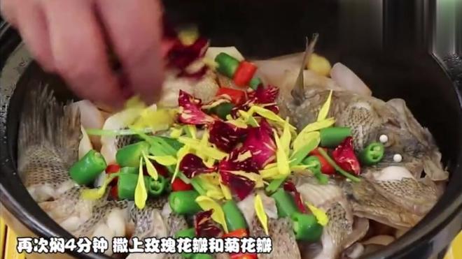 鲜花也能吃?玫瑰花焗鲈鱼