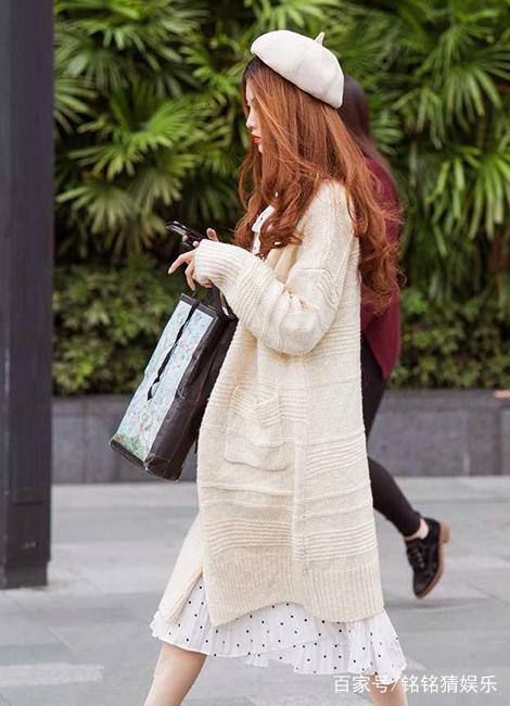 街拍:墨绿色针织长衫搭配半身裙,这位小姐姐的气质