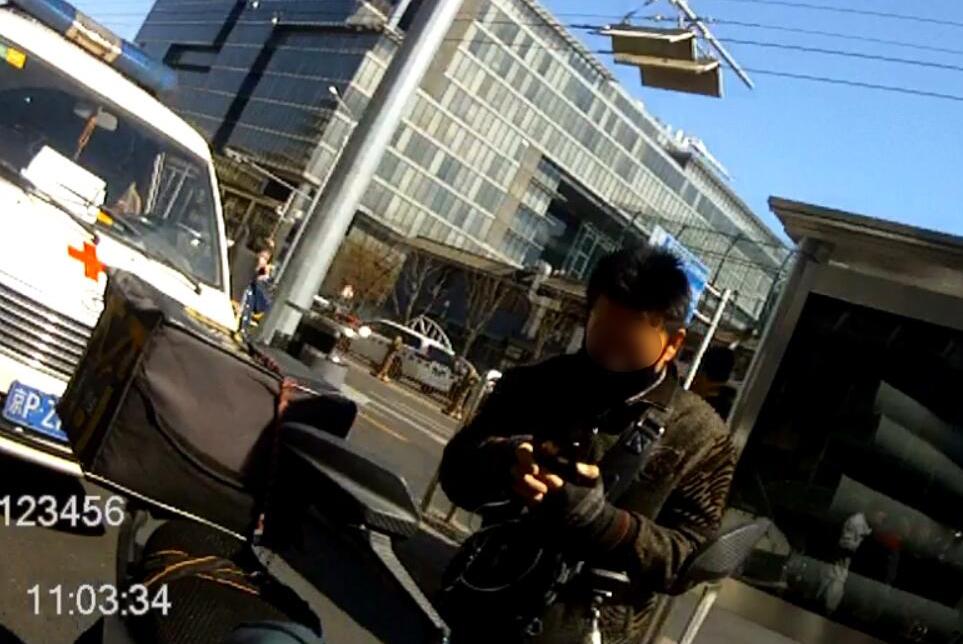 北京西城:外卖小哥撞小孩反称对方碰瓷!路人和民警都怒了!