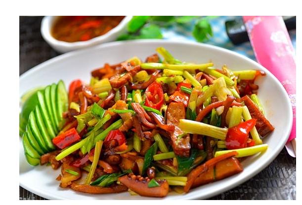 酸辣椒炒豆干:先把豆干下锅翻炒一会,放盐使其入叶,再下酸辣椒一起多