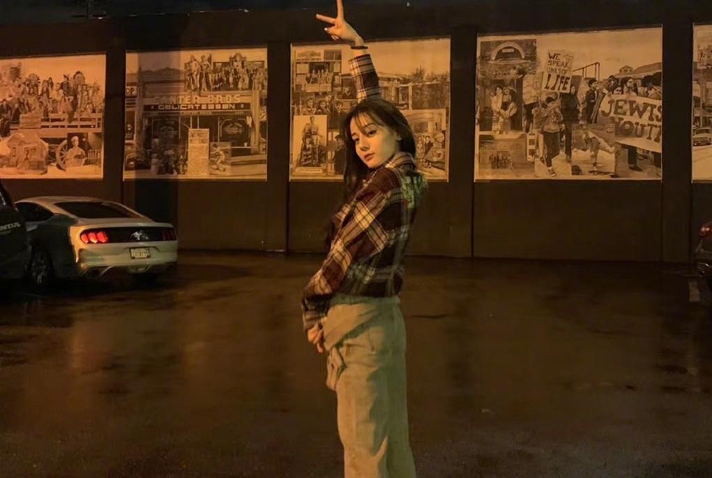 迪丽热巴日常私服真会过日子,穿3500牛仔裤,看完效果我选择沉默