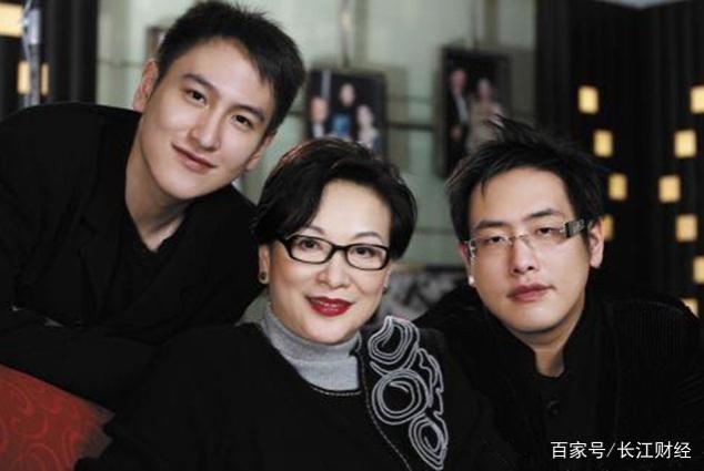 """隐形富豪家族,两兄弟坐拥百亿资产,弟弟还被奉为""""香港小股神"""""""