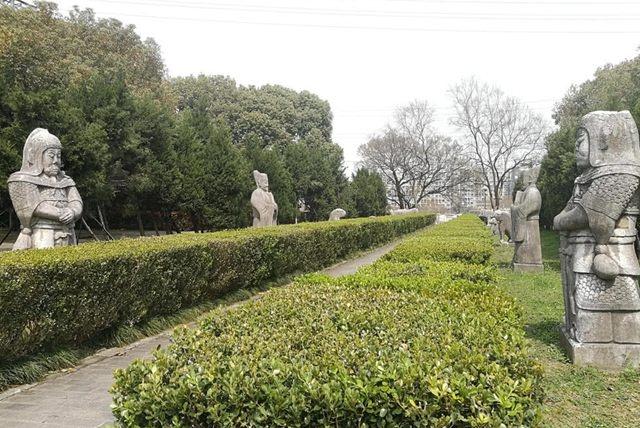 活人住进600多年的公主墓里,还睡在石棺上,原因让人心酸