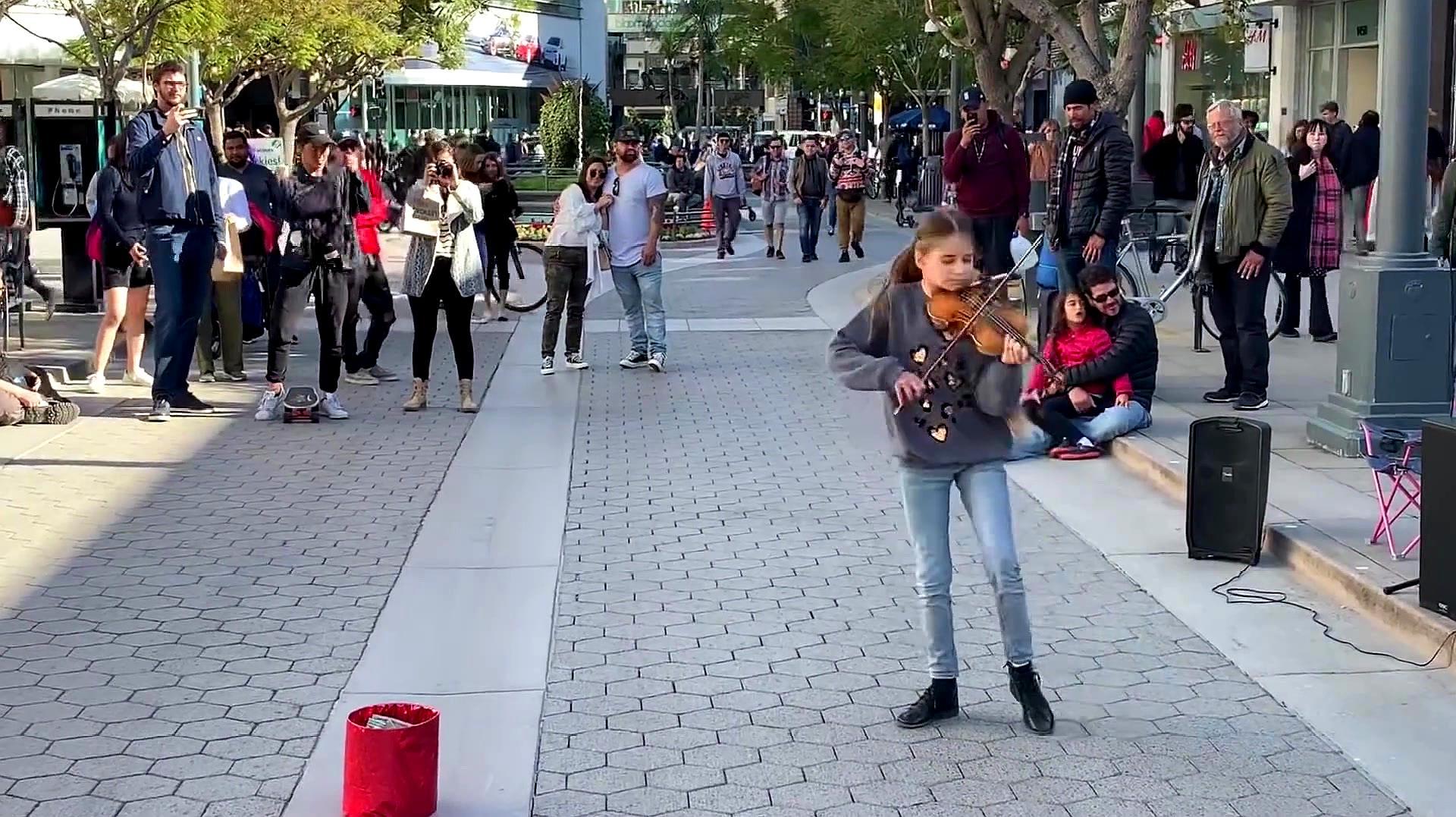 小女孩在街头表演小提琴,接下来的画面,演奏得太好了