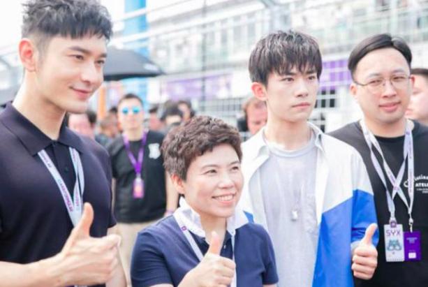 46岁邓亚萍与19岁易烊千玺同框,两人聊得很开心,身高差是亮点