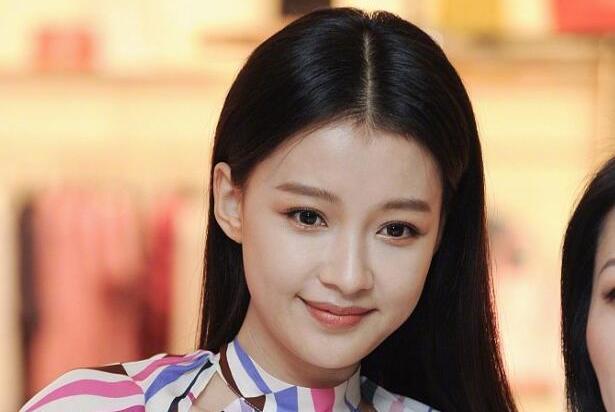 孙怡上海出席某活动,穿一袭印花连衣裙明艳动人,生图状态惊艳了