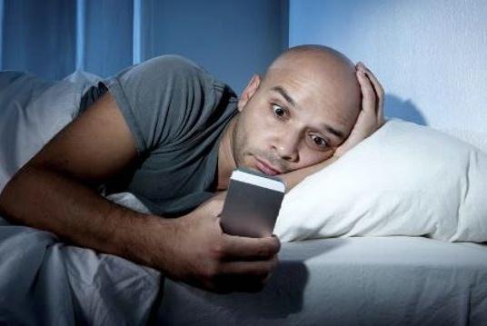 """喜欢在睡前玩手机的人,用不了多久,三个""""难堪""""也许会落你身上"""