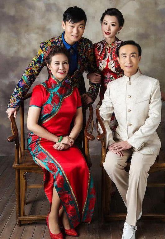 61岁巩汉林全家福被曝,儿子像父亲,儿媳颜值不输当红图片
