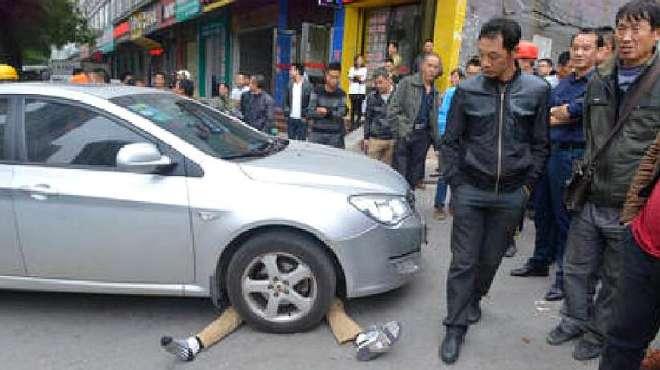 碰瓷遇上女司机,遭女司机反复碾压,生死早已注定,找错对象了