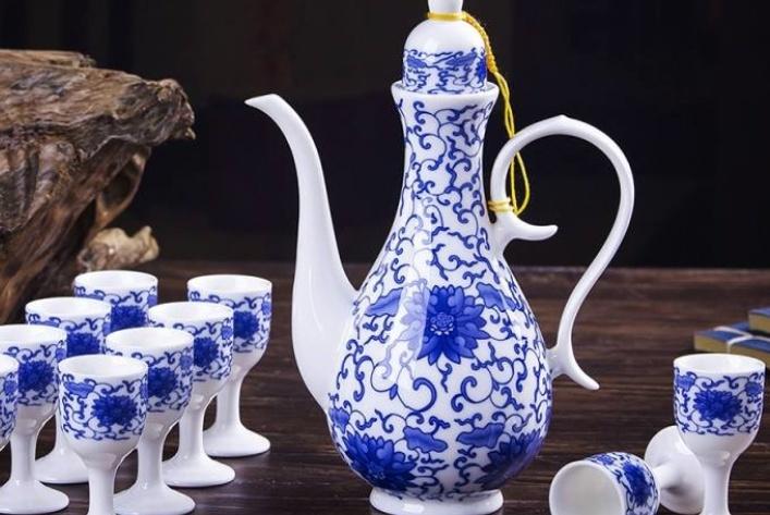 为啥酒鬼喝酒时很少用玻璃杯,却喜欢用陶瓷杯?看完才知其中道理