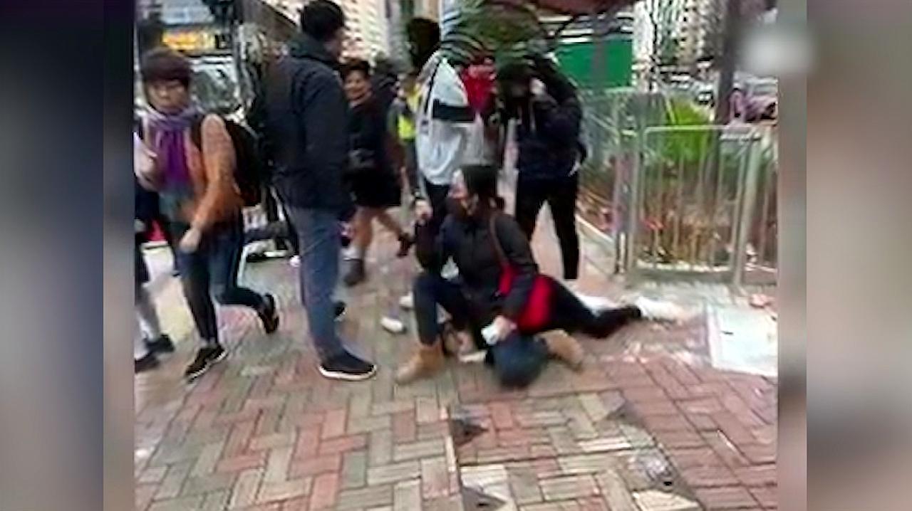 香港学生当街搞破坏被女警锁肩制服 暴徒想上前抢人 警员大声警告