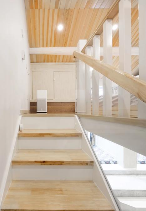 防滑实木板的楼梯,侧面扶手隔断也是玻璃的,简约大气.