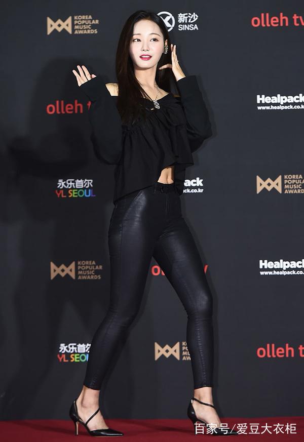 nancy李承利黑色露腹短衫搭黑短裙,脚踩黑色尖头皮鞋,要性感就性感