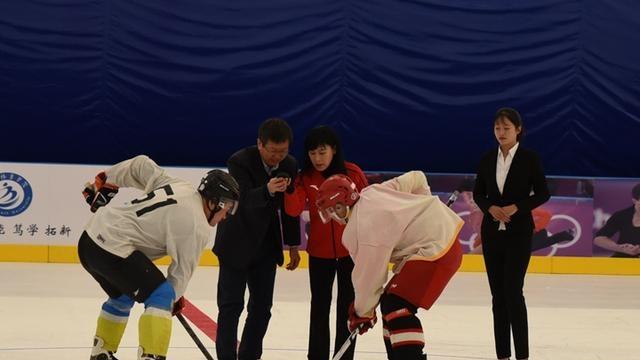 全国最大仿真冰场落户河北体院 世界冠军叶乔波授杆开球