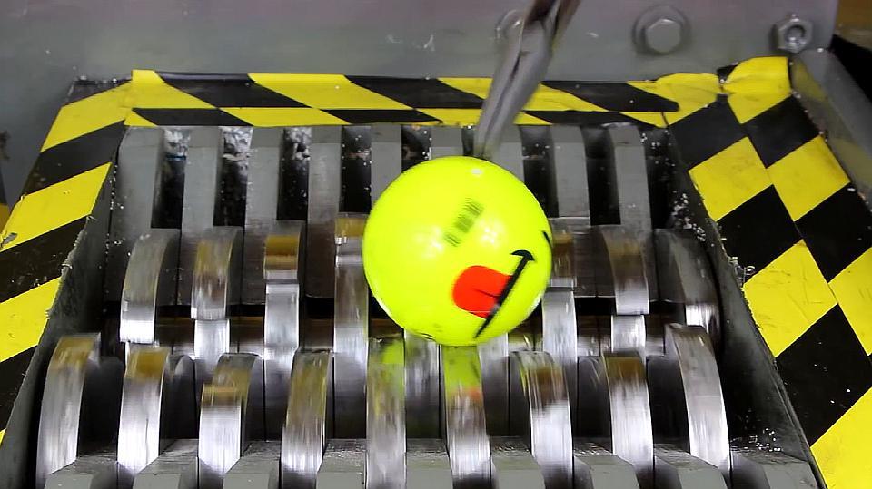 把玩具小球放进粉碎机中,看到粉碎机运转,玩具小球能坚持几秒?