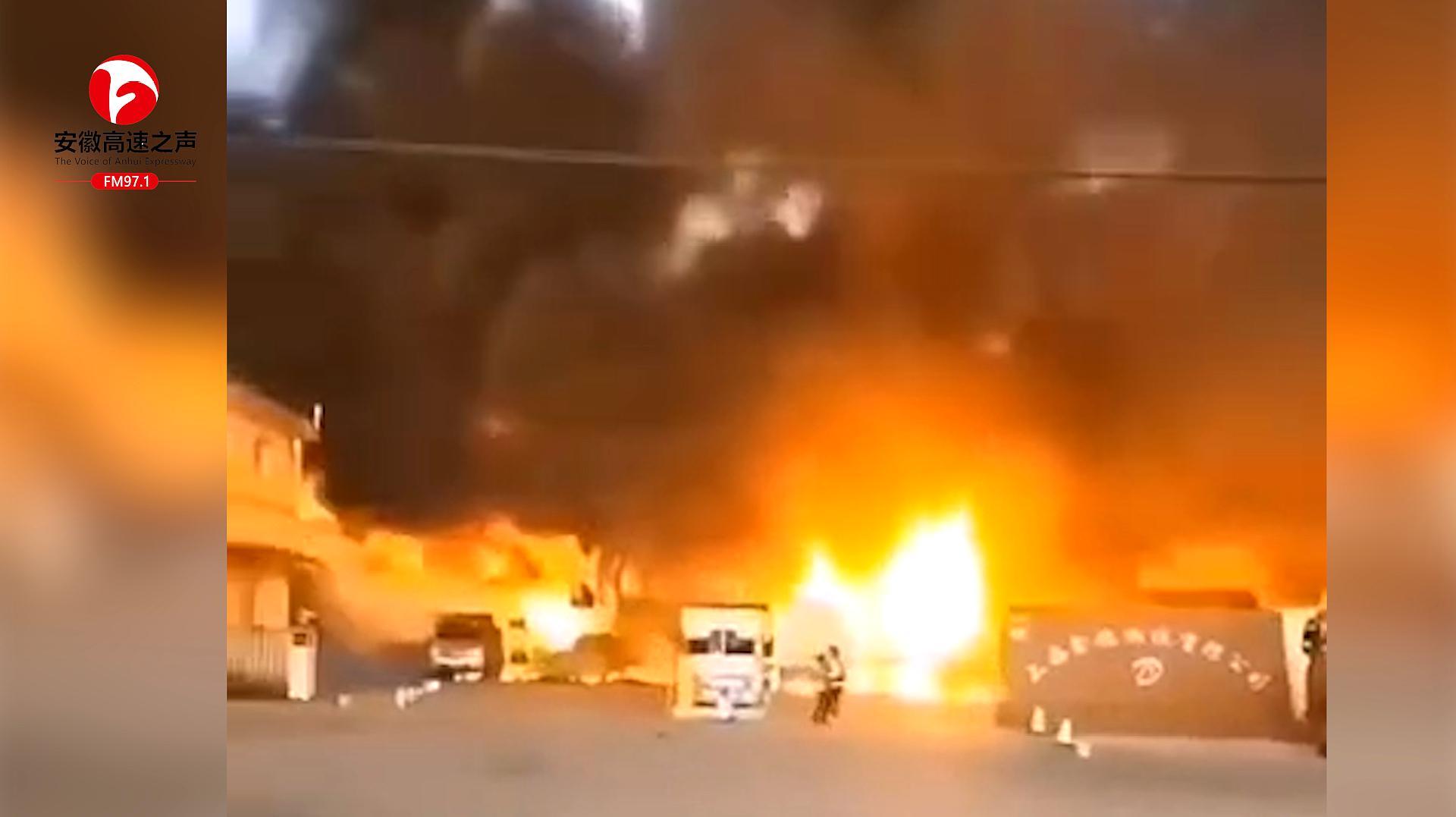 上海宝山区蕰川路物流园区域突发大火 现场黑烟滚滚,火光冲天
