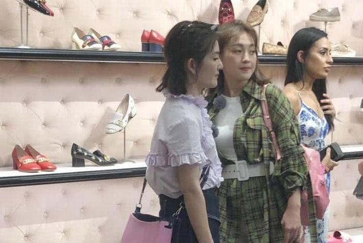 《妻子2》路透曝光:谢娜等现身澳洲买鞋,章子怡被国外粉丝围观
