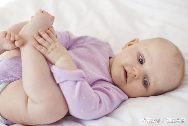 一个月宝宝,睡觉总是哼哼唧唧扭来扭去很难受?不外乎这几种原因