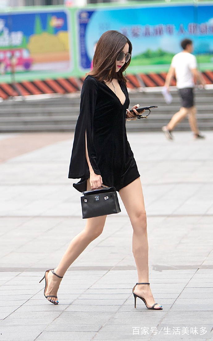 初中美眉囹�a�f�_街拍:丰臀细腰的美女,一身性感黑色系穿搭,露出白皙大