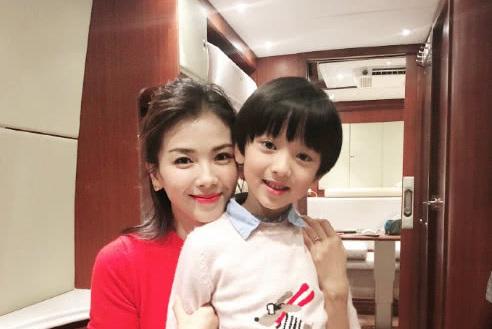 刘涛与小演员连续3年合照 态度亲和气质佳女神范十足