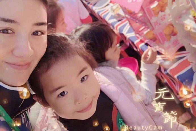黄奕陪女儿参加校园活动,6岁女儿成小明星,淡定的与外国人合影