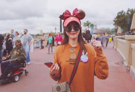 唐嫣与罗晋同游迪士尼,这三点罗晋很用心,谁注意她的手机壳了?