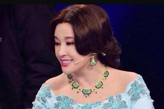64岁刘晓庆为自家珠宝品牌拍照大露锁骨香肩,网友:妈呀流鼻血了