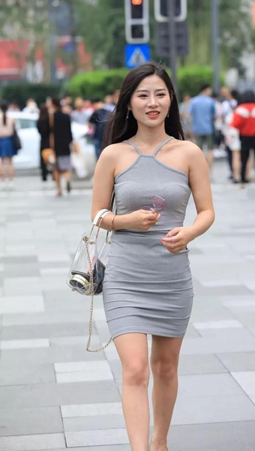 少妇很很鲁_丰腴性感的少妇,穿一袭浅灰色露肩紧身裙充满诱惑力