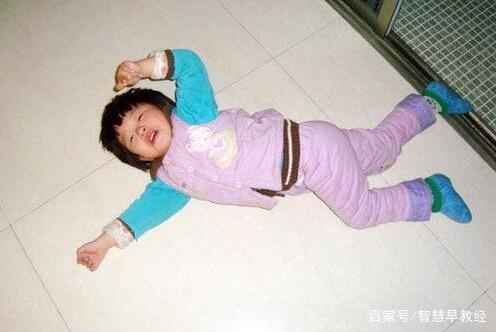 """如果你家宝宝一不高兴就""""地上躺"""",不妨试试这3个方法!"""