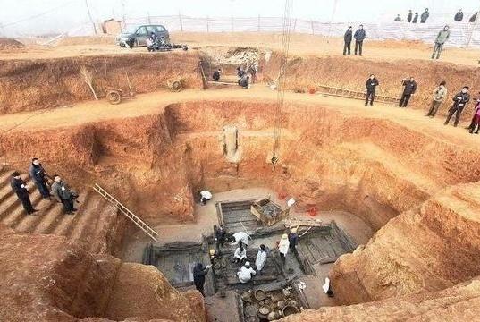 池塘底下竟藏有墓葬,盗墓贼窒息,专家进入发现几件羞人物!