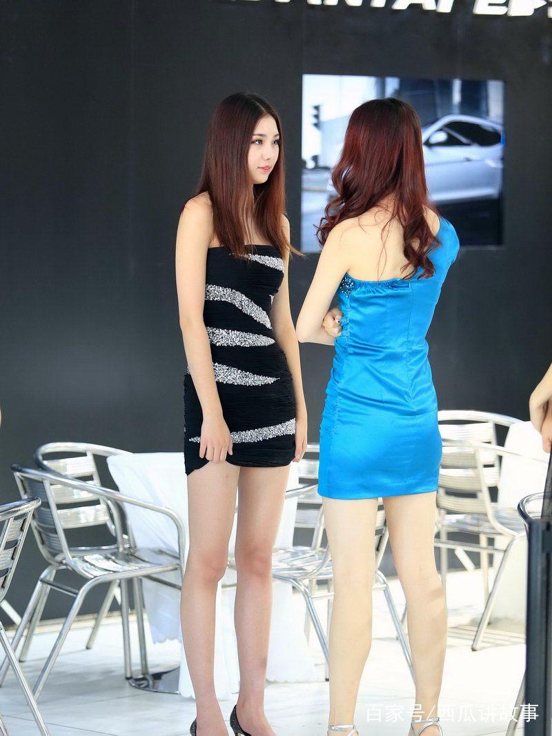 性感白领小妞_街拍:图二的小姐姐,一身性感超短裙配皮靴,在街上很有