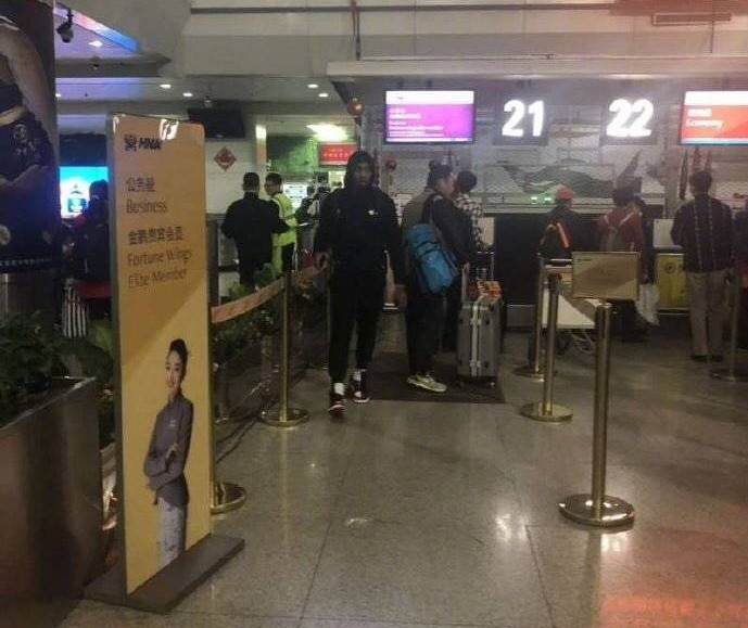 亚博:匆忙换人又遭飞机延误!新疆太大意,总决赛不带亚当斯实在失策!