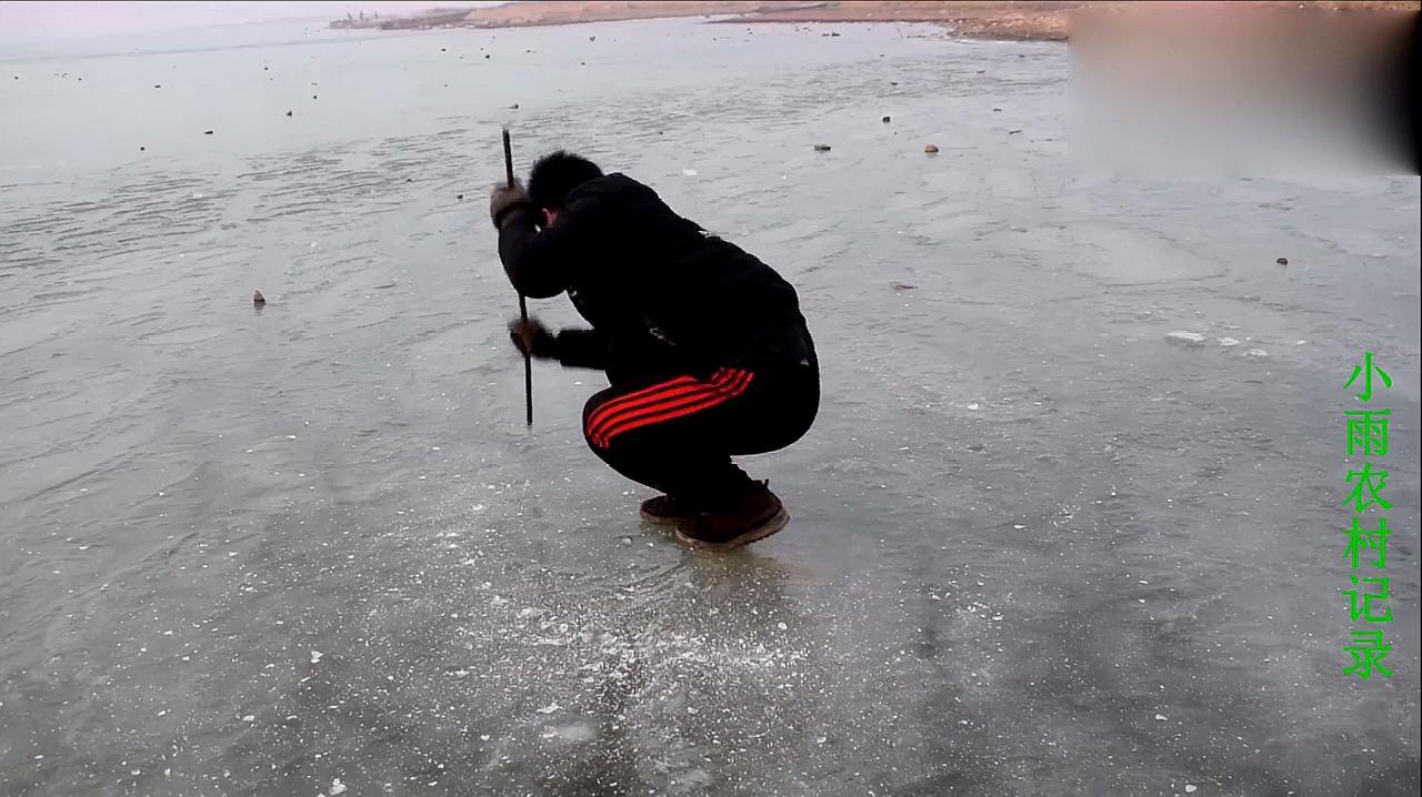 农村小伙在结冰的水库上,身体四周凿满了冰洞,随后发生了什么
