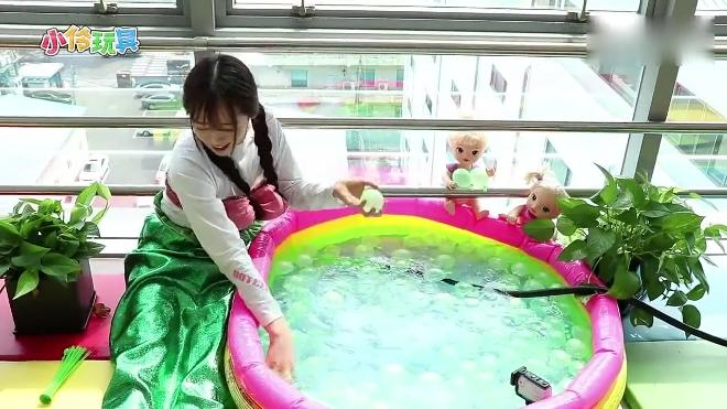 """小伶玩具: 注满水就会自动掉落的""""魔法球"""", 太有意思了"""