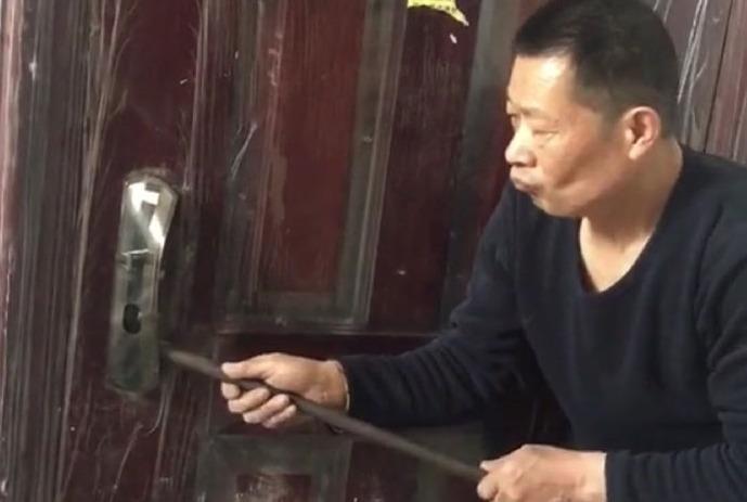 网友找了个开锁师傅,结果师傅的开锁方式让他目瞪口呆