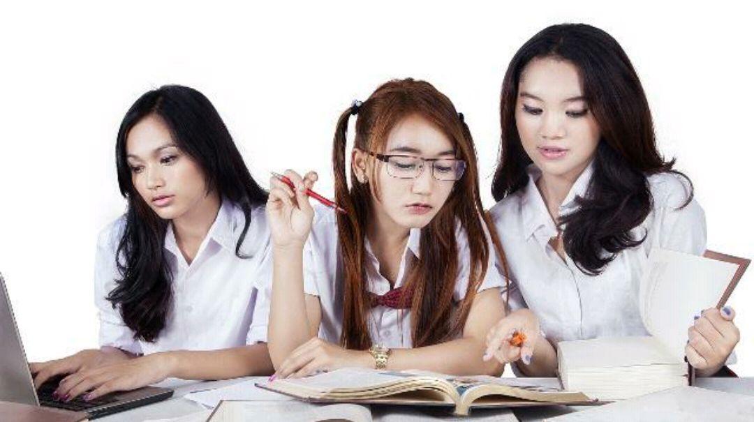 幽默笑话:女生夏季穿短袖的校服会影响男生的学习成绩