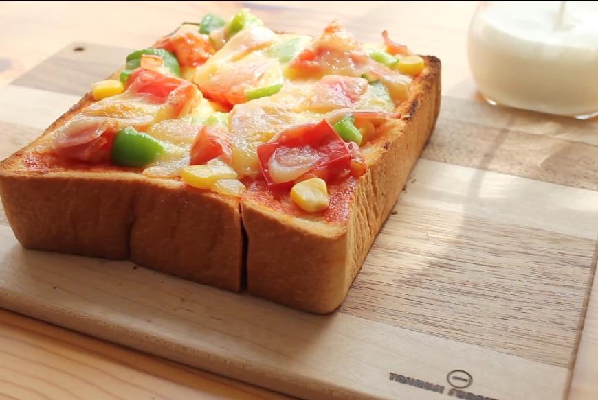 吐司做成奶酪小披萨,有菜有肉有奶酪超美味!早餐叮一下吃超方便
