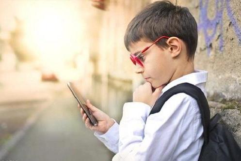 几乎每天都玩手机的孩子,十年后,和不玩的这几大差距难追平