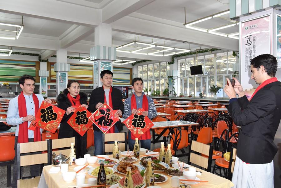 内蒙古外国留学生在校包饺子感受中国年