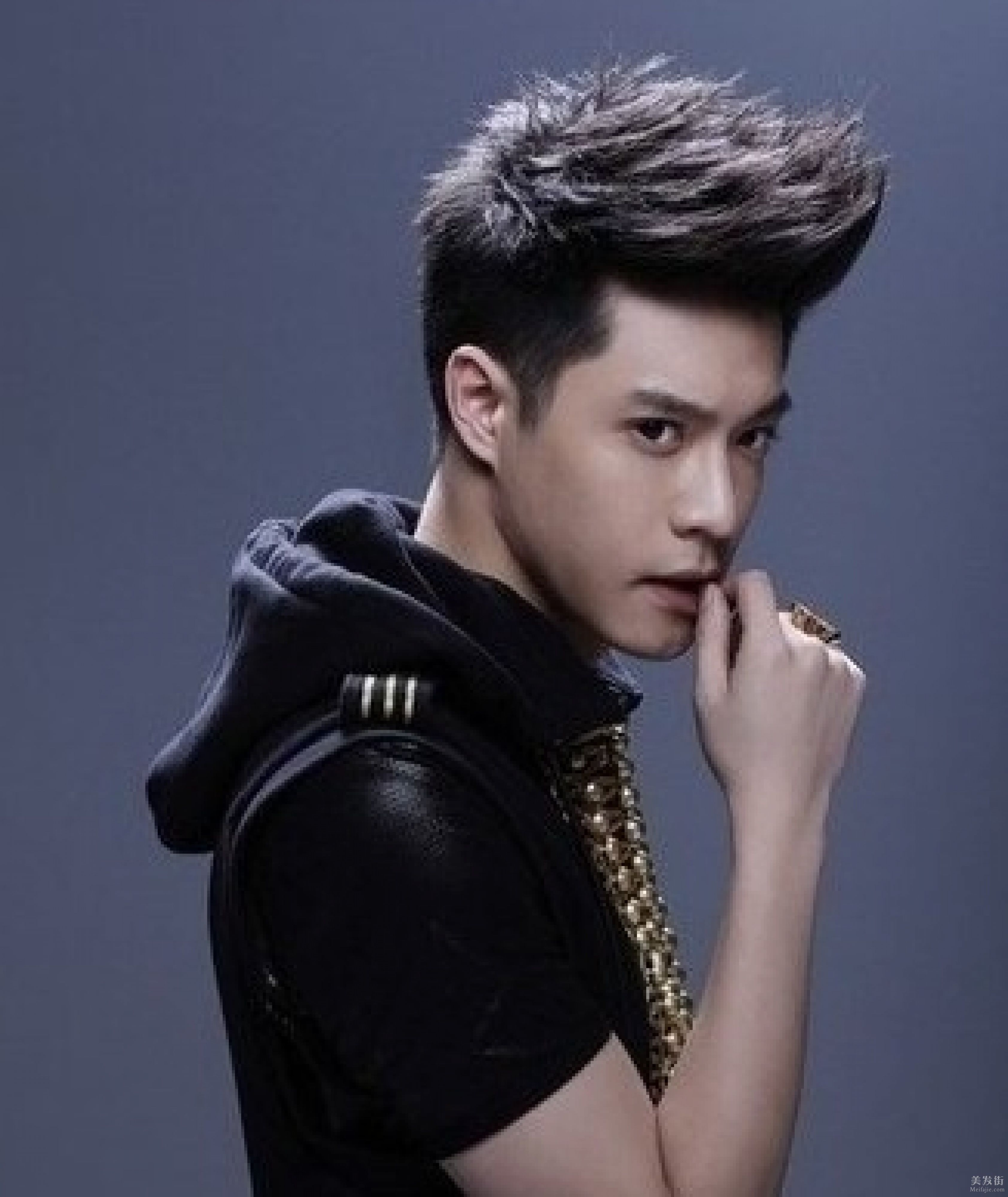 刘海有点自然卷,瓜子脸的男生适合什么发型?