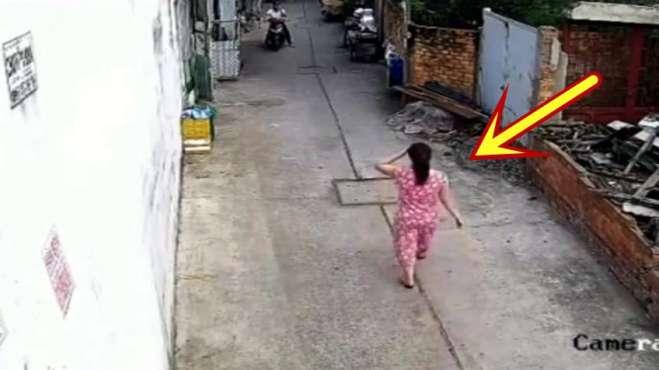 粉衣女子正走路回家,要不是监控,都不知她经历了什么!