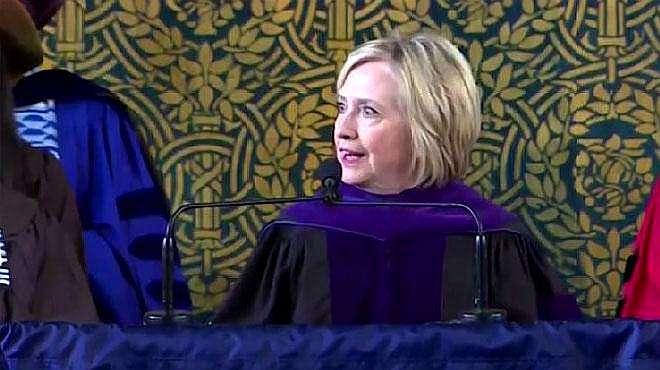 希拉里在耶鲁大学毕业典礼演讲 笑称:打不过俄罗斯人就加入他们