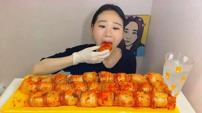 韩国大胃王卡妹,吃泡菜肉卷,一口一个,嘴里塞得满满的
