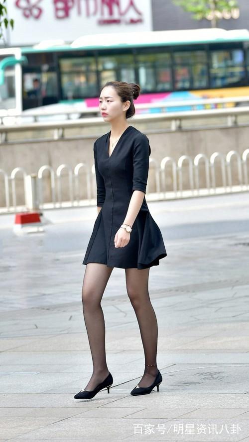街拍:美女白色紧身裙配黑色丝袜,时尚性感,充满诱惑力