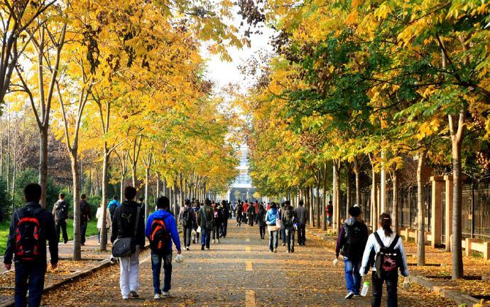 女大学生比男生多花钱?供养大学生,无论男女生,低于十万算少的