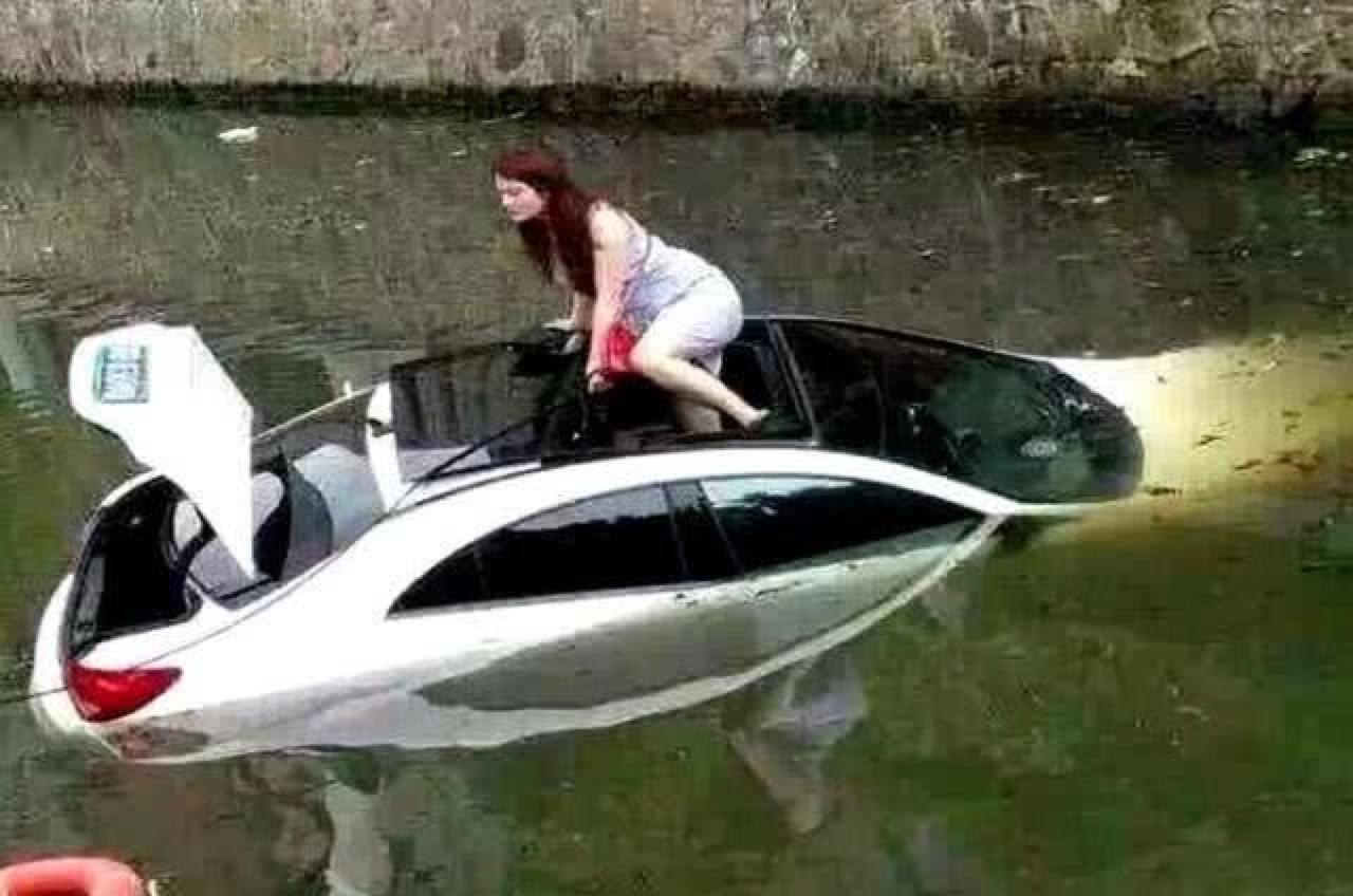 汽车被淹,车门打不开怎么办?记住这3个方法,能救命!
