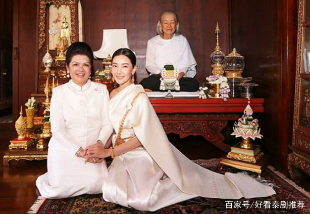 泰星noon和婆婆一起拜佛,母女二人被赞优雅,但又被图片