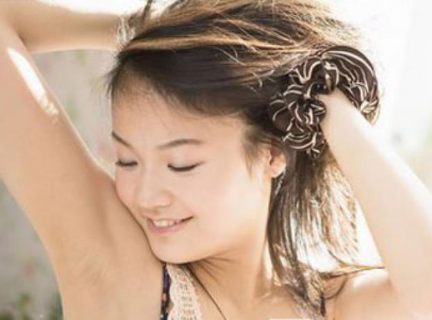 美女剃腋��)�h�_之所以会有腋毛,这样是可以避免皮肤之间的摩擦,特别是在夏天腋下